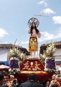 La imagen del Señor del Costado en procesión por las calles céntricas del pueblo de Santacruz