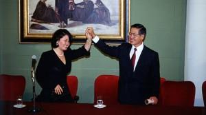 12 DE MAYO DE 1995 EL PRESIDENTE ALBERTO FUJIMORI RECIBE LAS CREDENCIALES QUE LO CONFIRMAN COMO MANDATARIO DE LA REPUBLICA PARA EL PERIODO 1995-2000. LA CEREMONIA SE REALIZO EN EL SALON ELIPTICO DE LA RESIDENCIA DE PALACIO DE GOBIERNO. EN LA IMAGEN, LO ACOMPANA SU HIJA, KEIKO FUJIMORI. FOTO: SERGIO URDAY