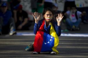 CAR41. CARACAS (VENEZUELA), 16/02/2014.- Una mujer participa en una manifestación de la oposición venezolana hoy, domingo 16 de febrero de 2014, cerca a la Plaza Altamira en Caracas (Venezuela). Cientos de personas se concentraron pacíficamente hoy en el este de la capital venezolana para continuar con las manifestaciones contra el Gobierno venezolano y para exigir la libertad de los de los detenidos en las marchas que se han desarrollado a lo largo de la semana. EFE/Miguel Gutiérrez