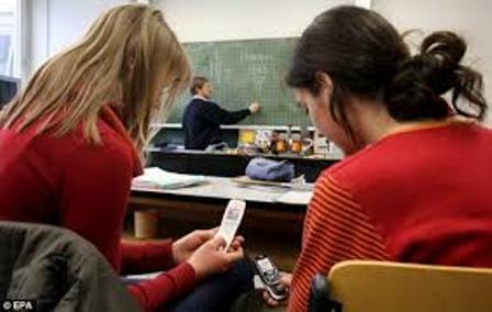 1 Alumnos usando celulares en clase