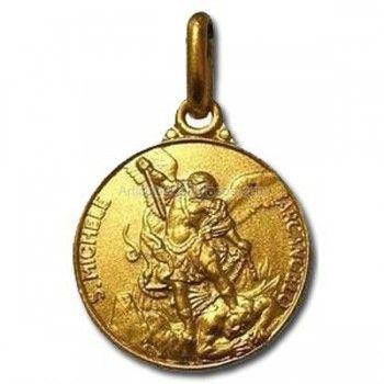 medalla de rosario de san miguel arcangel krouillong comunion en la mano
