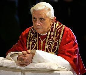 Benedicto XVI reclinatorio krouillong comunion en la mano