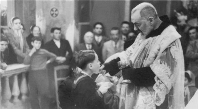 padre pio de pietrelcina tres dias de purgatorio frente al sagrario krouillong comunion en la mano