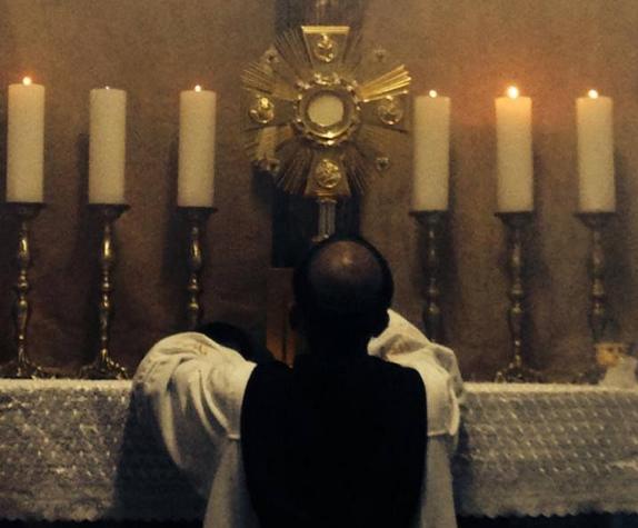 adoracion eucaristica krouillong comunion en la mano es sacrilegio (3)