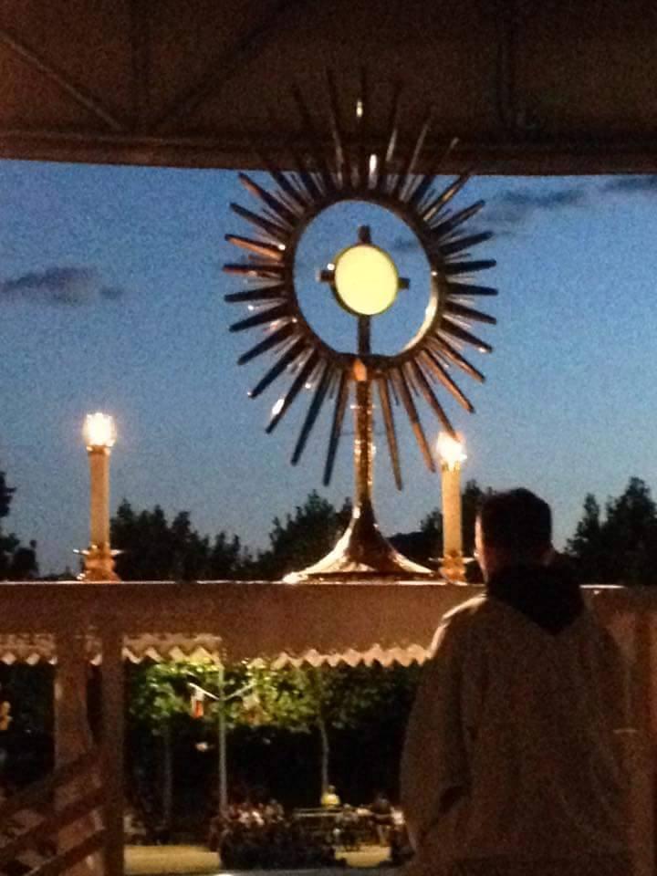adoracion eucaristica krouillong comunion en la mano es sacrilegio (4)