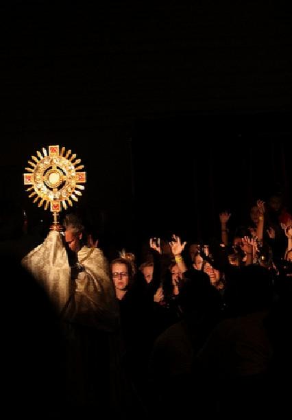 adoracion eucaristica krouillong comunion en la mano es sacrilegio