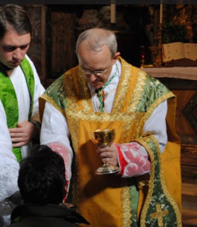 monseñor athansius schneider krouillong comunion en la mano es sacrilegio 2