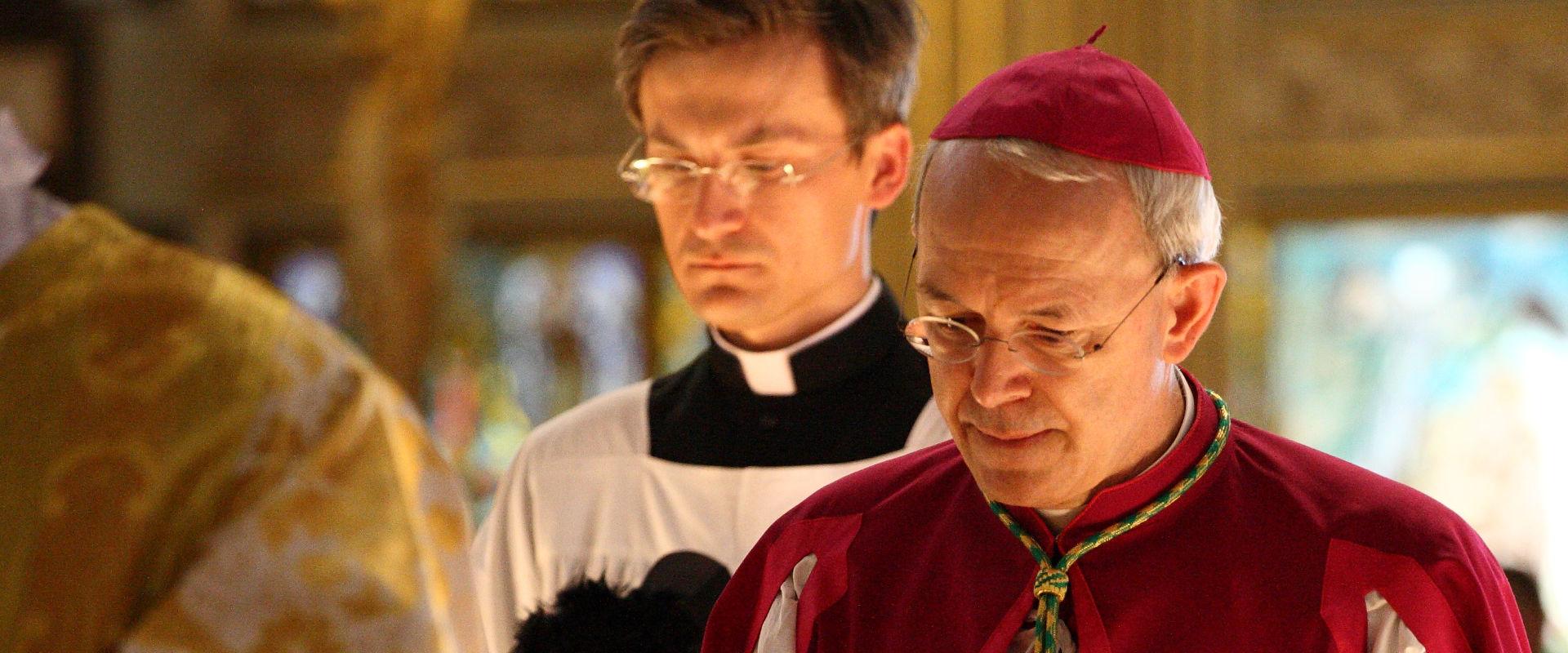 monseñor athansius schneider krouillong comunion en la mano es sacrilegio 3
