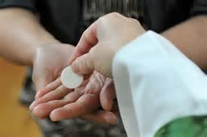 sacrilega comunion en la mano krouillong