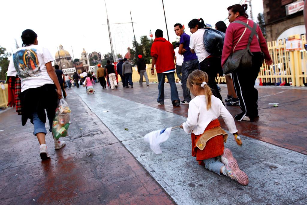 peregrinacion de rodillas guadalupe krouillong comunion en la mano