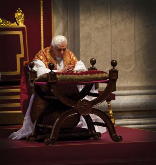 benedicto XVI orando praying castel gandolfo enciclicas oraciones exhortaciones apostolicas krouillong sacrilegio comunion en la mano 45