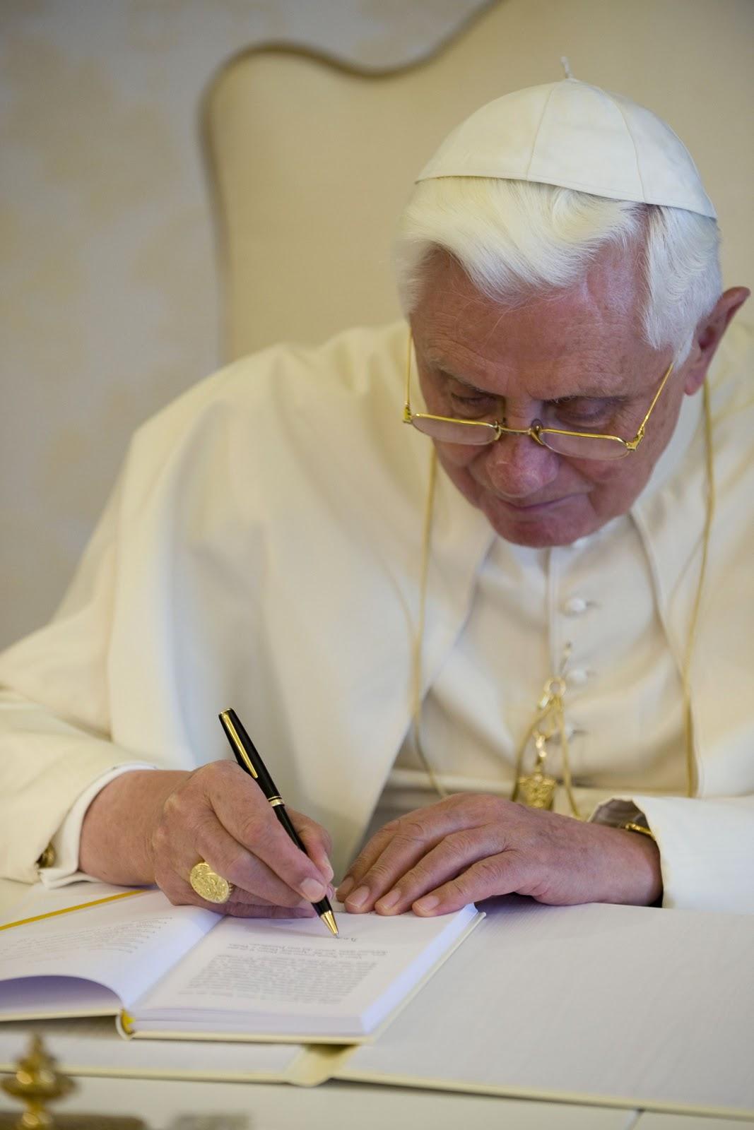 benedicto XVI orando praying castel gandolfo enciclicas oraciones exhortaciones apostolicas krouillong sacrilegio comunion en la mano 47