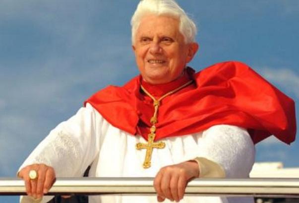 benedicto XVI orando praying castel gandolfo enciclicas oraciones exhortaciones apostolicas krouillong sacrilegio comunion en la mano 49