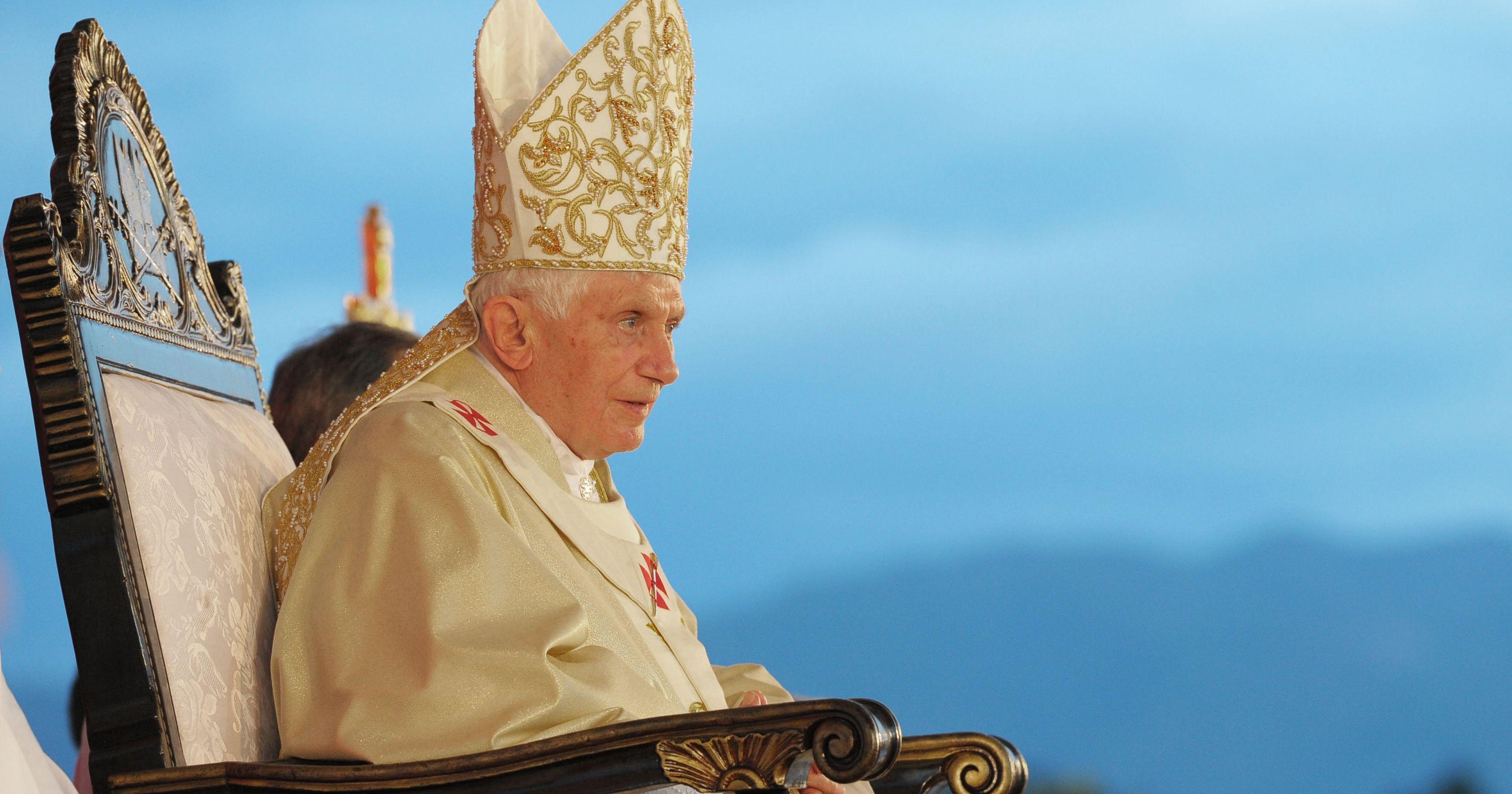 benedicto XVI castel gandolfo enciclicas oraciones exhortaciones apostolicas krouillong sacrilegio comunion en la mano 62