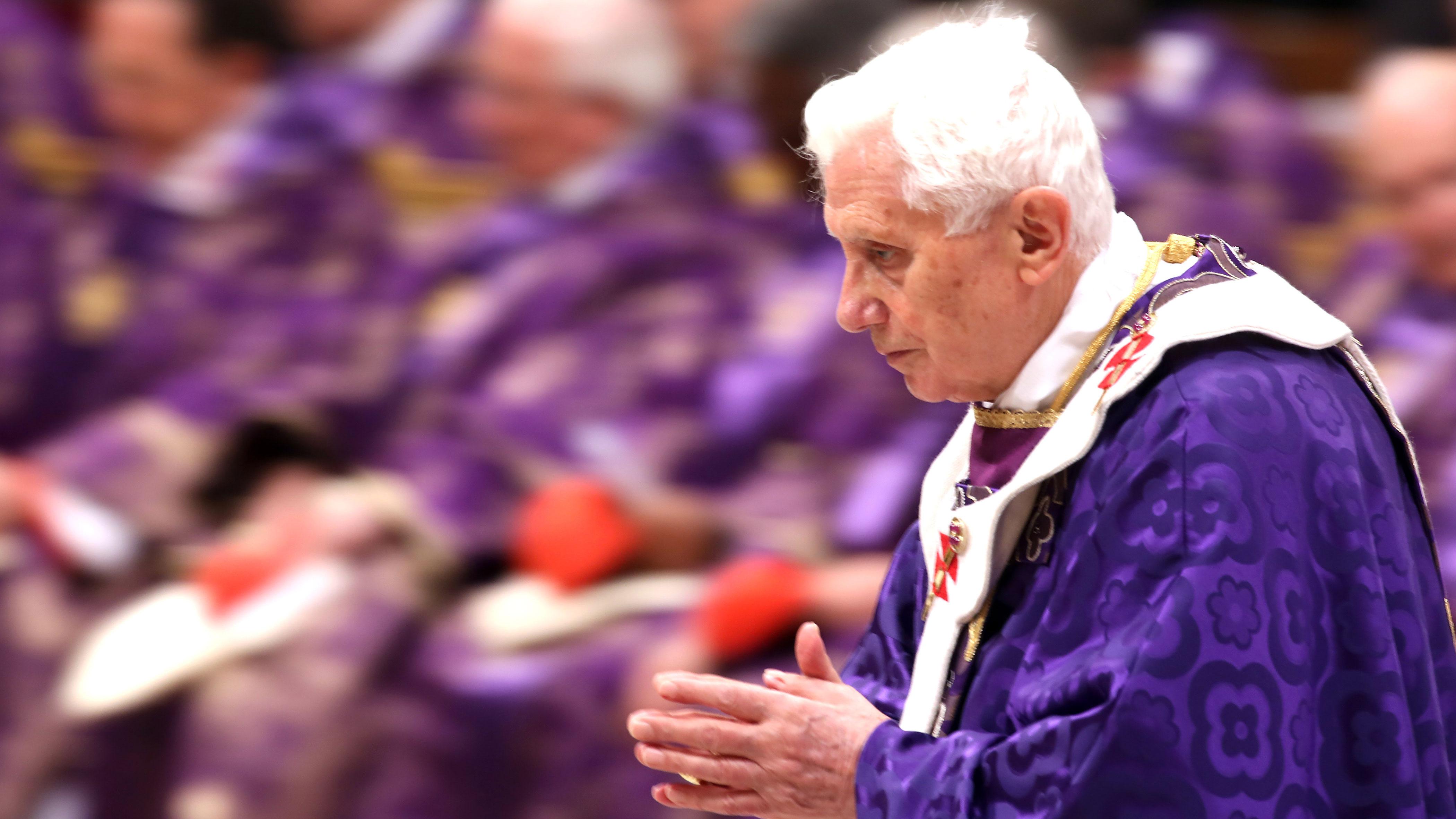 benedicto XVI castel gandolfo enciclicas oraciones exhortaciones apostolicas krouillong sacrilegio comunion en la mano 63