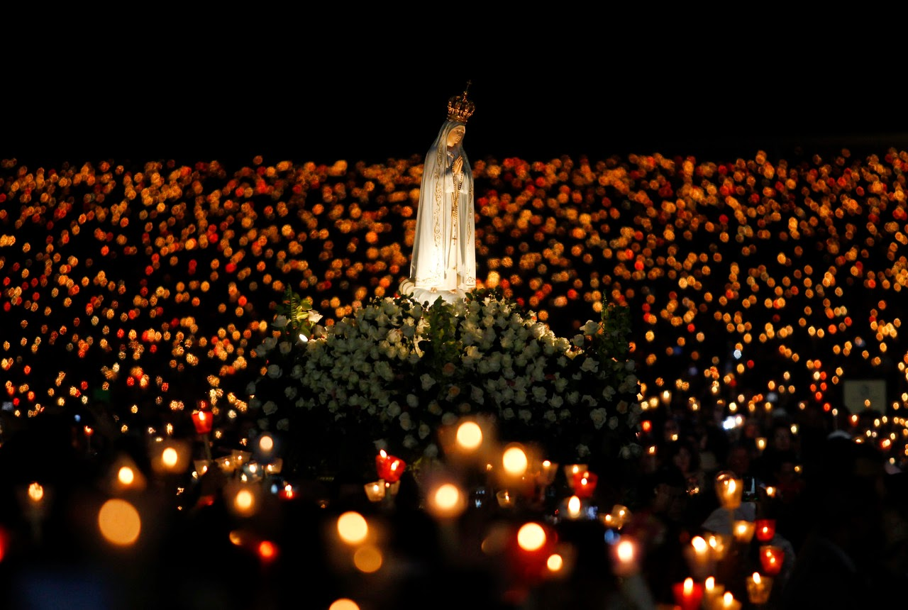 noche antorchas fatima krouillong comunion en la mano sacrilegio
