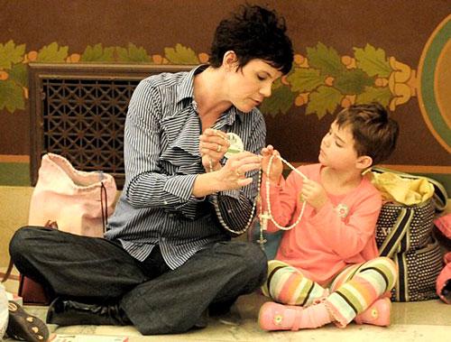 madre-rezando-con-hijo