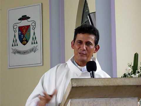 padre carlos cancelado krouillong comunion en la mano es sacrilegio (1)