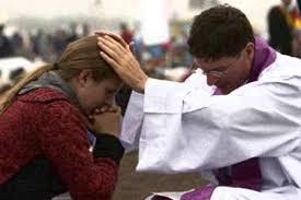 absolucion pecados sacerdote confesor krouillong comunion en la mano es sacrilegio