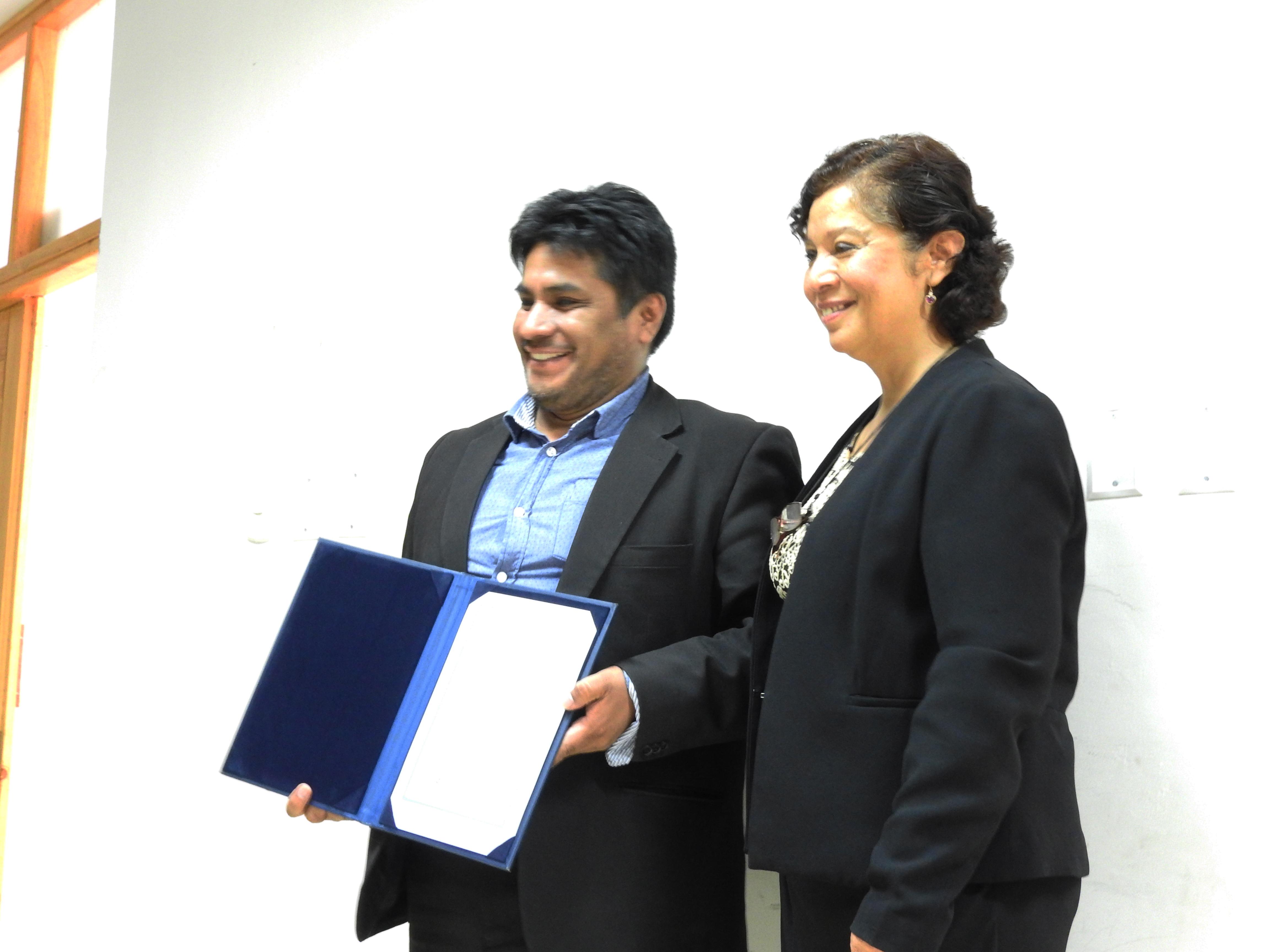 Reconocimiento al docente Mg. Héctor Castro por el trabajo realizado por la Maestría en Gerencia Social a cargo de la Dra. Yojani Abad Sullón, Vicerrectora Académica de la UNP