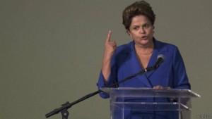 Una mayoría de brasileños cree que la presidenta Dilma Rousseff es responsable por el escándalo en Petrobras, según una encuesta.