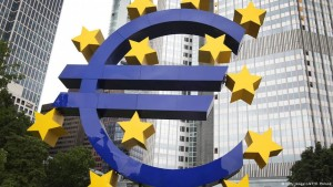El euro podría seguir bajando frente al dólar. En: dw