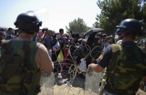 Refugiados esperan en el paso fronterizo de Macedonia y Grecia cerca de Gevgelija. VASSIL DONEV EFE