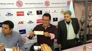 EN LA CANCHA. En el Club Sport Boys, Moreno entregó el cheque. (USI)