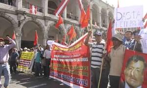 Demanda. Desde el 2013 varios gremios sindicales pedían la inconstitucionalidad de la norma que impedía negociación. La República.