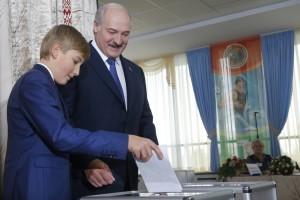 El presidente de Bielorrusia, Alexander Lukashenko, con su hijo durante la votación de las elecciones generales de 2015 AP Photo/Sergei Grits