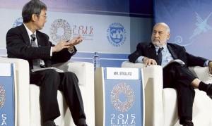 Expositores. Min Zhu, del FMI, dice que hace falta un cambio en la política pensionaria. Stiglitz lo mira atento. Foto: Renato Pajuelo.