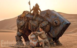 Rey se encuentra con Teedo y el droide astromecánico BB8