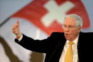 Ministro, miembro del consejo de administración del UBS y consejero delegado de Ems Chemie, una importante empresa suiza: Christoph Blocher es un buen ejemplo de la polifacética élite suiza. (Keystone)