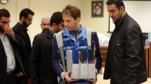 A picture made available on March 6, 2016 shows Iran's billionaire tycoon Babak Zanjani (C) in a court, in Tehran.  The 41-year-old was convicted of fraud and economic crimes and as well as facing the death penalty he must repay money to the state, judiciary spokesman Gholam Hossein Mohseni-Ejeie said at his weekly press conference. / AFP / Tasnim News / MEGHDAD MADADI