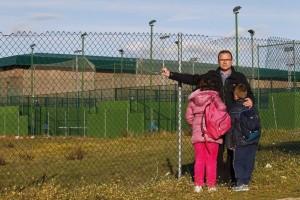 Rafael Fuentes con sus hijos en los aledaños del polideportivo donde trabaja (JORGE PARIS)