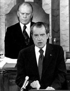 Richard Nixon lee el discurso sobre el estado de la Unión en 1974. Se sienta tras él el vicepresidente, Gerald Ford. (Foto: AP)