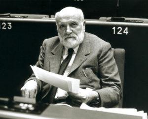 Spinelli en el Parlamento Europeo, poco después de que aprobara su plan para una Europa federal en 1984