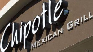 La cadena de restaurantes Chipotle dijo que un brote de norovirus se presentó en sus instalaciones, entre otras razones, porque algunos empleados fueron a trabajar enfermos.
