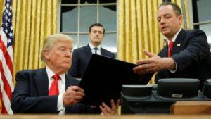 """El jefe de personal de la Casa Blanca, Reince Priebus (der.), dijo que las noticias sobre la asistencia a la posesión de Donald Trump era un intento de """"deslegitimar este presidente""""."""