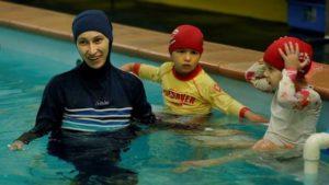 El Tribunal Europeo de Derechos Humanos ordenó que todas las niñas en edad escolar deberán ir a clases de natación- en caso de corresponder- mixtas. El organismo señaló que la educación como derecho de Estado prevalece sobre las convicciones religiosas.