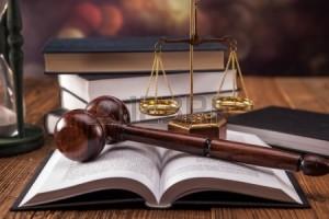 22799297-mallet-el-codigo-legal-y-la-balanza-de-la-justicia-concepto-de-la-ley-fotografias-de-estudio