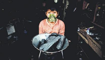 Luis, el carbonero. Su tía asegura que siempre le da mascarilla para que el hollín no dañe sus pulmones. La escuela y el trabajo ocupa casi todo su tiempo. (Foto Musuk Nolte