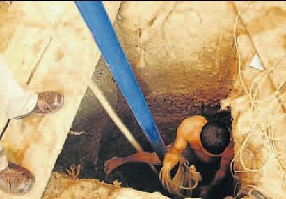 Riesgo. Los trabajadores que perforan el suele hasta hallar oro exponen a diario su vida. No cuentan con los implementos de seguridad. (Foto: Ralph Zapata