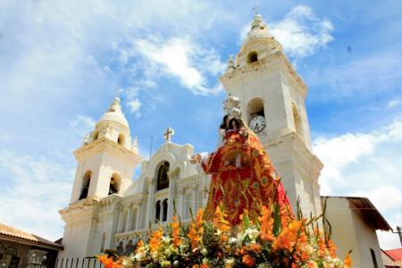 Virgen del Rosario en el frontis de la Iglesia de Jauja
