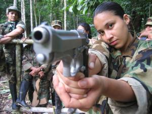 Terroristas de las FARC entrenando para matar