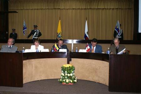 """Mesa Redonda sobre """"La Función Electoral en la Constitución 2008, TSE, Quito, 11 de marzo de 2008. El Secretario General del JNE es el segundo de la derecha. Copyright: TSE del Ecuador"""