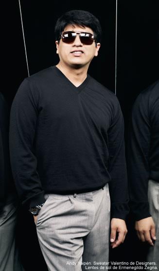 """El """"oscurito"""" Andy Yaipén, uno de los líderes del Grupo 5, vistiendo chompa de Valentino y lentes de sol de Ermenegildo Zegna, para horror de la señorita Delacroix de la tienda Desginers. Fuente: revista Cosas"""