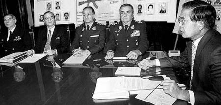 Fujimori y Montesinos en conferencia de prensa del 21 de agosto de 2000, anunciando el desbaratamiento de una operación de tráfico de armas a las FARC. Fuente: Caretas