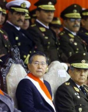 Fujimori rodeado de sus aliados los militares