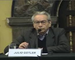 Julio Cotler exponiendo en el IEP